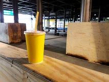 Copo de café no ninho da tabela do trem à janela com luz da manhã Imagem de Stock