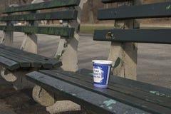 Copo de café no parque Fotos de Stock Royalty Free