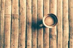 Copo de café no tampo da mesa de bambu velho com tom do vintage processado Foto de Stock Royalty Free