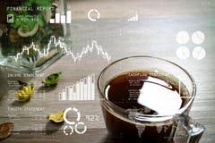 Copo de café ou chá, ervas secas da flor do vaso de vidro, na tabela de madeira, Fotografia de Stock