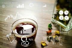 Copo de café ou chá, ervas secas da flor do vaso de vidro, na tabela de madeira, Fotos de Stock Royalty Free