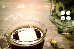 Copo de café ou chá, ervas de vidro da flor do vaso, na tabela de madeira, filt Fotos de Stock Royalty Free