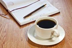 Copo de café, pena, organizador aberto Imagem de Stock