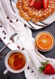 Copo de café preto com waffles belgas imagem de stock