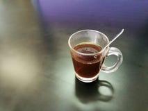 Copo de café preto quente na tabela no preto Imagens de Stock