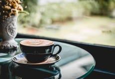 Copo de café quente na cafetaria imagem de stock