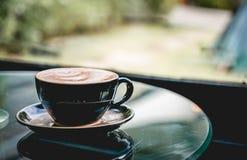 Copo de café quente na cafetaria imagens de stock