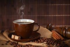 Copo de café quente preto com açúcar e canela Fotos de Stock Royalty Free