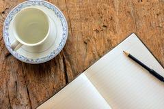Copo de café vazio e páginas vazias da nota Foto de Stock Royalty Free