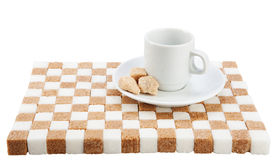 Copo de café vazio em uns pires com três partes do açúcar mascavado na Imagens de Stock Royalty Free