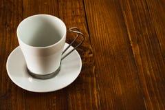 Copo de café vazio na tabela de madeira fotos de stock royalty free
