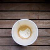 Copo de café vazio ou copo de chá na tabela de madeira imagem de stock