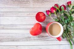 Copo de café vermelho com coração e conceito do dia de Valentim da rosa imagens de stock