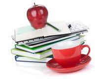 Copo de café vermelho, maçã madura e materiais de escritório Fotos de Stock Royalty Free