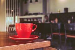 Copo de café vermelho no café, na manhã Foto de Stock