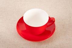 Copo de café vermelho vazio no fundo da lona Fotos de Stock