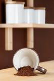 Copo de café virado com Coffe derramado Foto de Stock