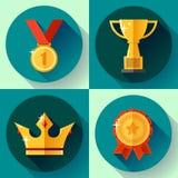 Copo de campeão dourado ajustado dos símbolos da vitória do ícone, coroa, medalha, crachá Projeto liso Fotos de Stock