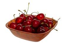 Copo de cerejas maduras das bagas no fundo isolado Fotos de Stock Royalty Free