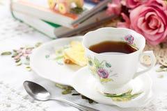 Copo de chá antigo na tabela Foto de Stock