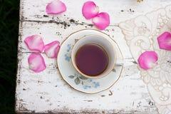 Copo de chá antiquado no jardim Imagem de Stock Royalty Free