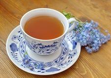 Copo de chá azul da porcelana com miosótis imagem de stock royalty free