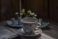 Copo de chá cerâmico retro com placa Fotos de Stock Royalty Free