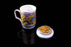 Copo de chá chinês com o ornamento vermelho do dragão Imagens de Stock Royalty Free