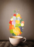 Copo de chá com bolhas coloridas do discurso Fotos de Stock Royalty Free