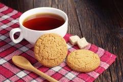 Copo de chá com cookie de farinha de aveia Fotografia de Stock Royalty Free