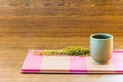 Copo de chá do fundo no estilo de vida de madeira ainda Imagens de Stock Royalty Free