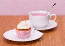 Copo de chá do queque e do fruto imagem de stock