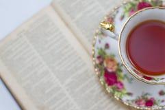Copo de chá e uma Bíblia imagem de stock