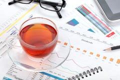 Copo de chá no local de trabalho contemporâneo imagem de stock royalty free