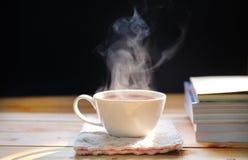 Copo de chá quente na tabela de madeira Bebida quente fotos de stock royalty free