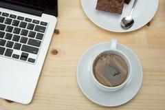 Copo de chá quente no fundo de madeira Fotografia de Stock Royalty Free