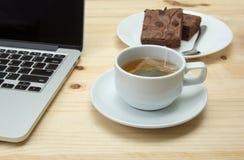 Copo de chá quente no fundo de madeira Imagens de Stock