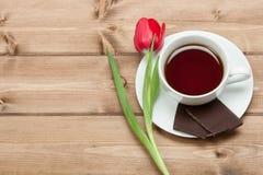 Copo de chá, Tulip Flower, chocolate Tabela de madeira Vista superior Copie s Fotos de Stock Royalty Free
