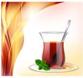 Copo de chá turco com chá preto, a colher de prata e a hortelã no fundo vermelho das ondas Ilustração do chá para anunciar ilustração royalty free