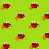 Copo de chá vermelho com as folhas de outono alaranjadas e amarelas em um fundo verde Foto de Stock