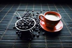 Copo de Coffe com feijões de café fotos de stock