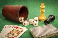 Copo de dados com cartões da plataforma e partes de xadrez Foto de Stock