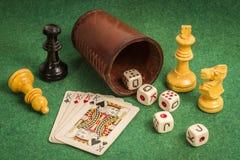 Copo de dados com cartões da plataforma e partes de xadrez Imagem de Stock Royalty Free