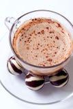 Copo de doces do cappucino e de chocolate Fotos de Stock Royalty Free