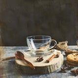 Copo de Emply para o chá, biscoitos, canela, anis no backgrou escuro Fotografia de Stock Royalty Free