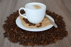 Copo de feijões do cappuccino e de café Fotografia de Stock Royalty Free