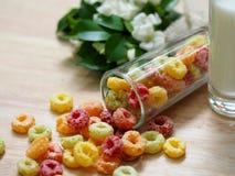 Copo de maíz y leche del color Fotografía de archivo libre de regalías