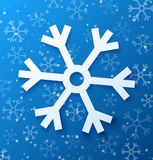 Copo de nieve abstracto de papel en fondo azul Imagen de archivo
