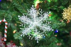 copo de nieve adornado en el árbol de navidad Fotos de archivo