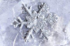 Copo de nieve congelado en la estación del invierno del hielo Fotos de archivo